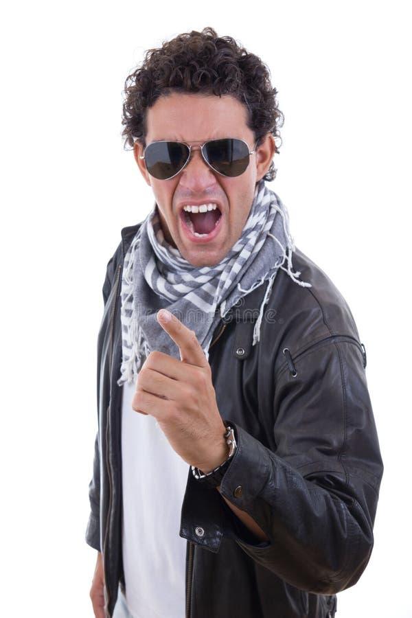 Homem em um casaco de cabedal com gritar dos óculos de sol foto de stock