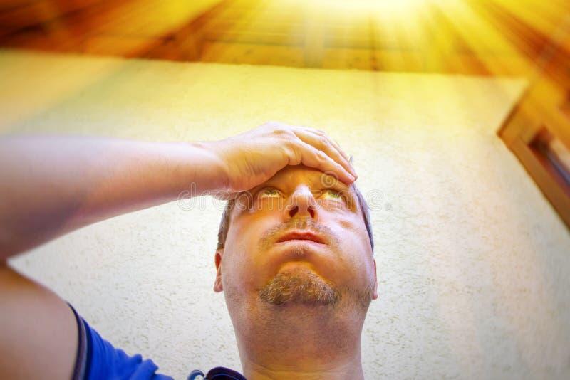 Homem em um dia muito quente no verão imagens de stock