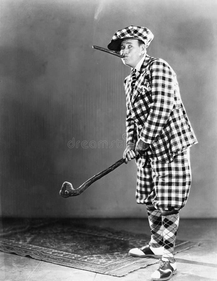 Homem em um equipamento quadriculado do golfe (todas as pessoas descritas não são umas vivas mais longo e nenhuma propriedade exi foto de stock royalty free