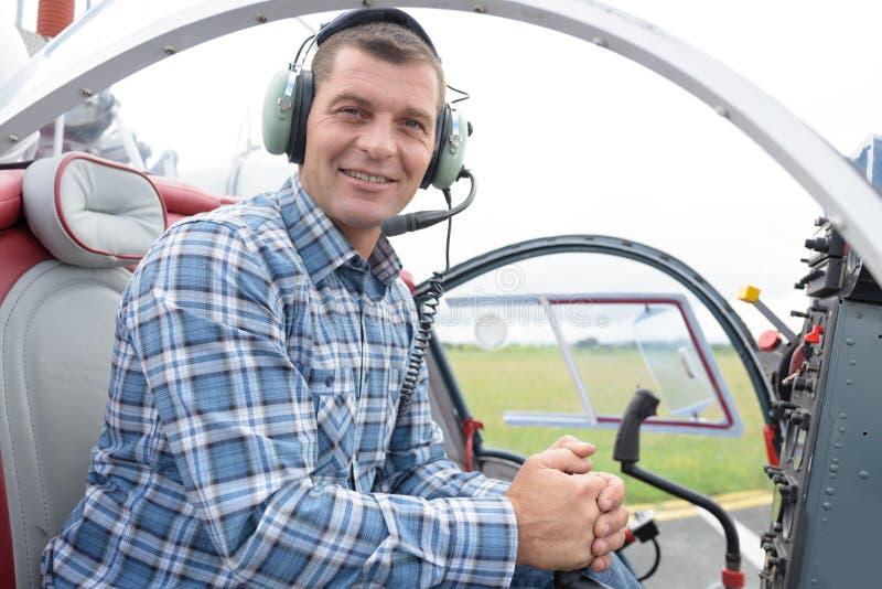 Homem em um helicóptero imagem de stock