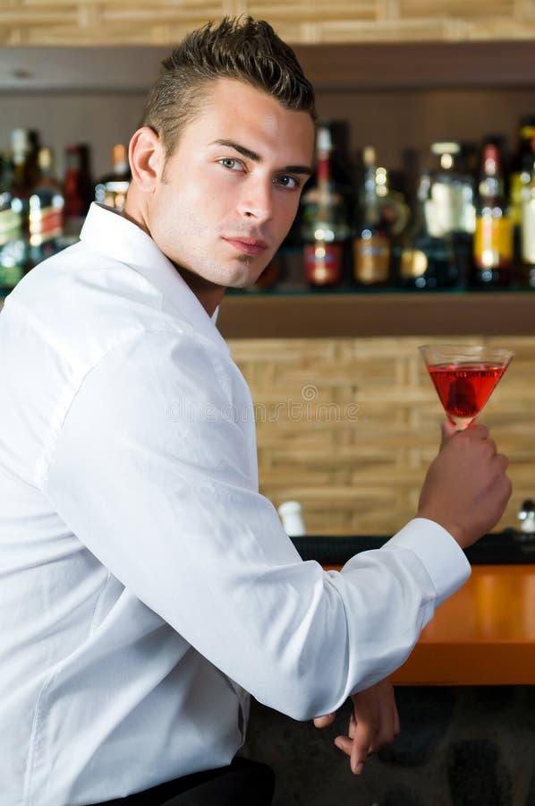 Homem em um pub com espera de martini imagem de stock royalty free
