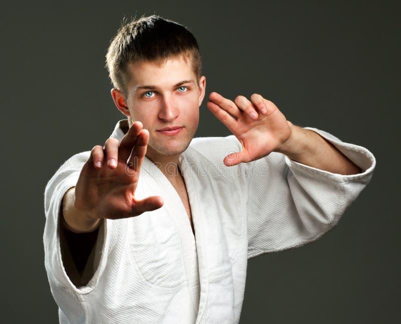 Homem em um quimono branco fotos de stock royalty free