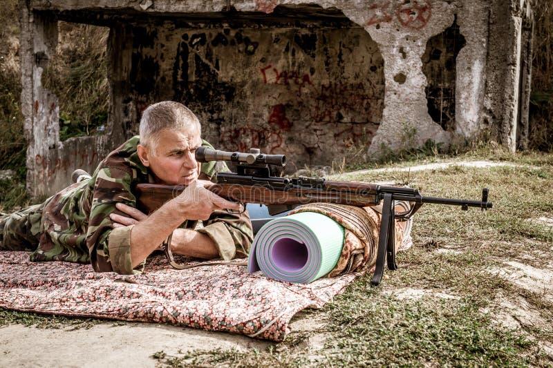 Homem em um uniforme militar com uma arma fotos de stock royalty free