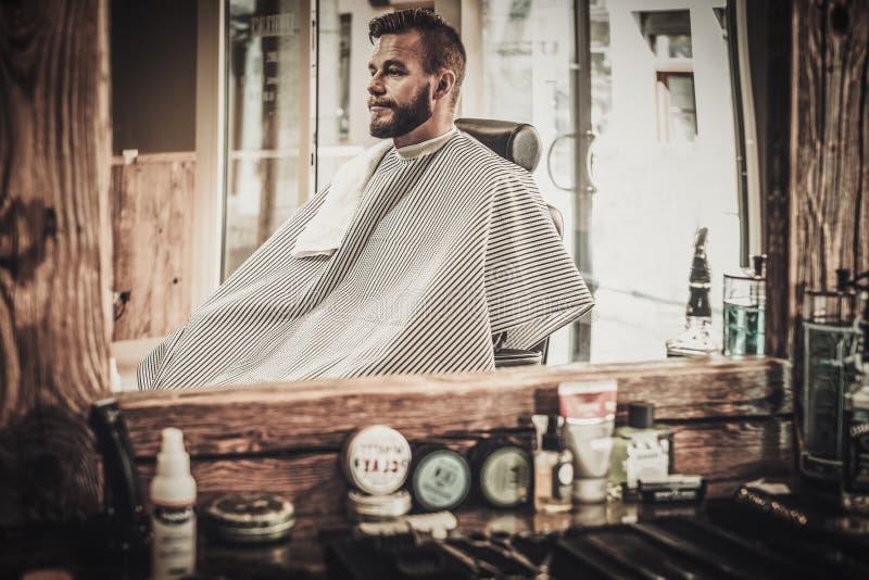 Homem em uma barbearia fotos de stock royalty free