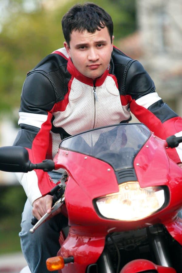 Homem em uma bicicleta vermelha foto de stock royalty free