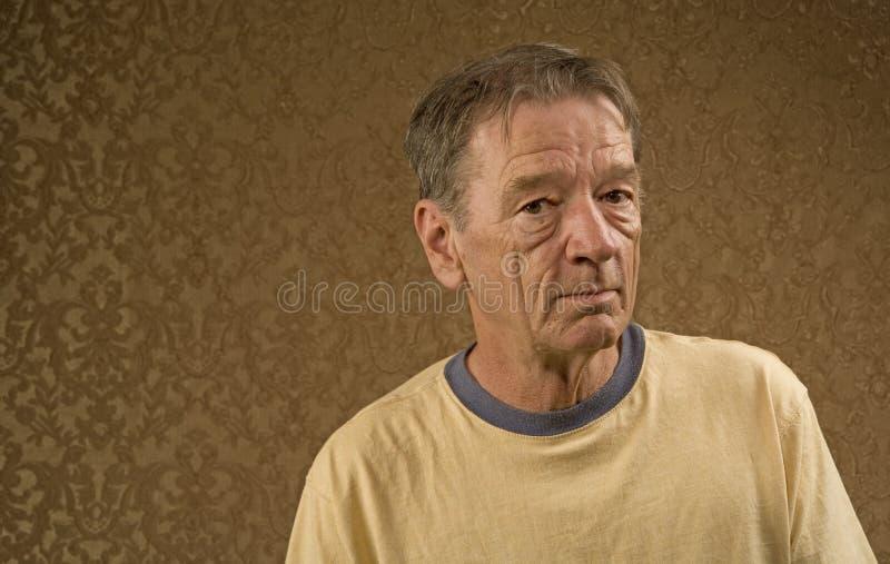 Homem em uma camisa amarela fotografia de stock