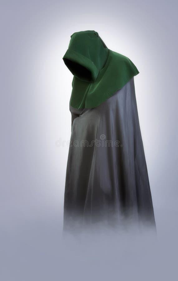 Homem em uma capa e em um casaco medievais na névoa foto de stock royalty free