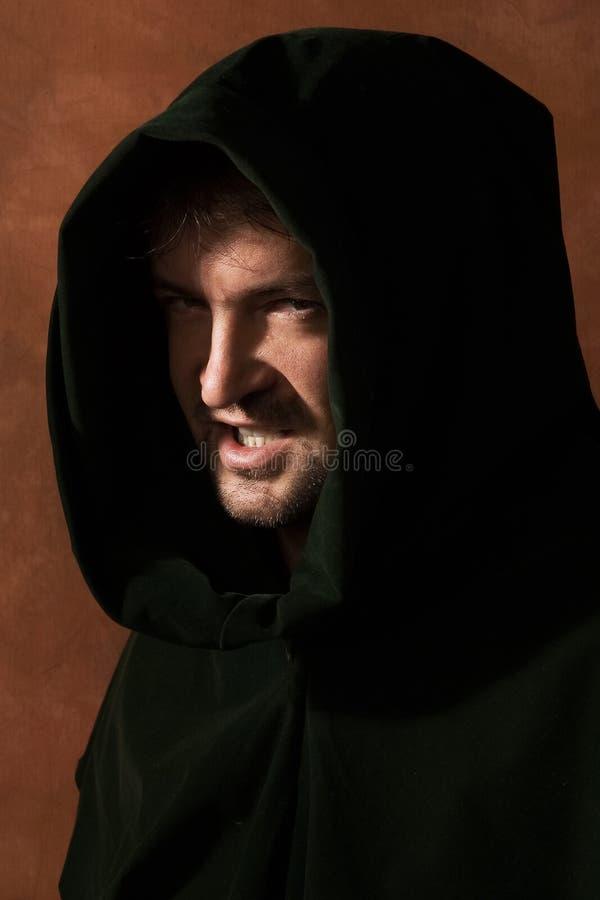 Homem em uma capa medieval foto de stock