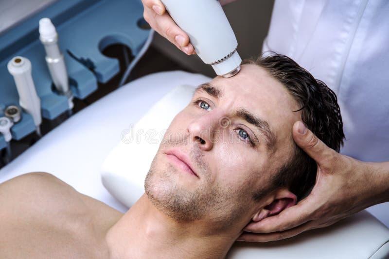 Homem em uma clínica da beleza foto de stock royalty free