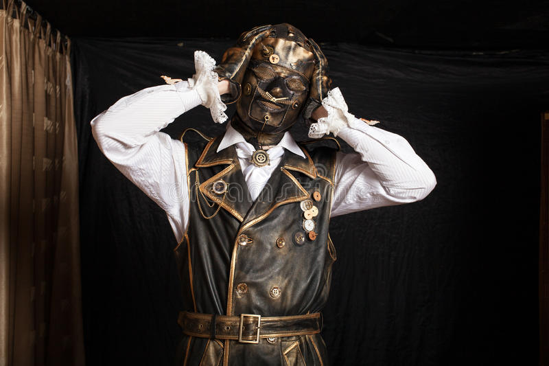 Homem em uma máscara em um traje do cyborg imagens de stock