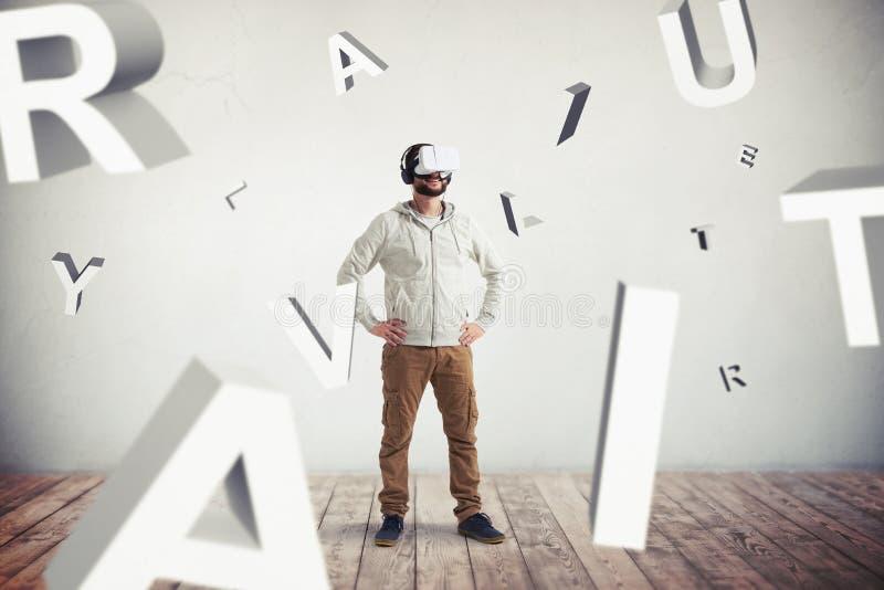 Homem em vidros da realidade virtual e em letras do voo no floo de madeira imagens de stock