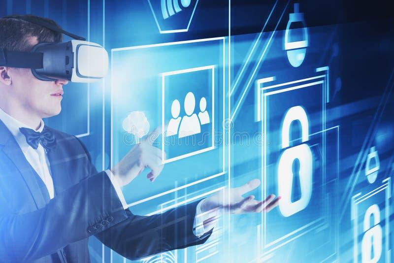 Homem em vidros de VR, relação da segurança do cyber foto de stock royalty free