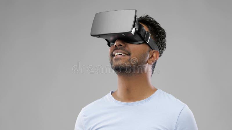 Homem em vidros dos auriculares ou do vr da realidade virtual imagem de stock