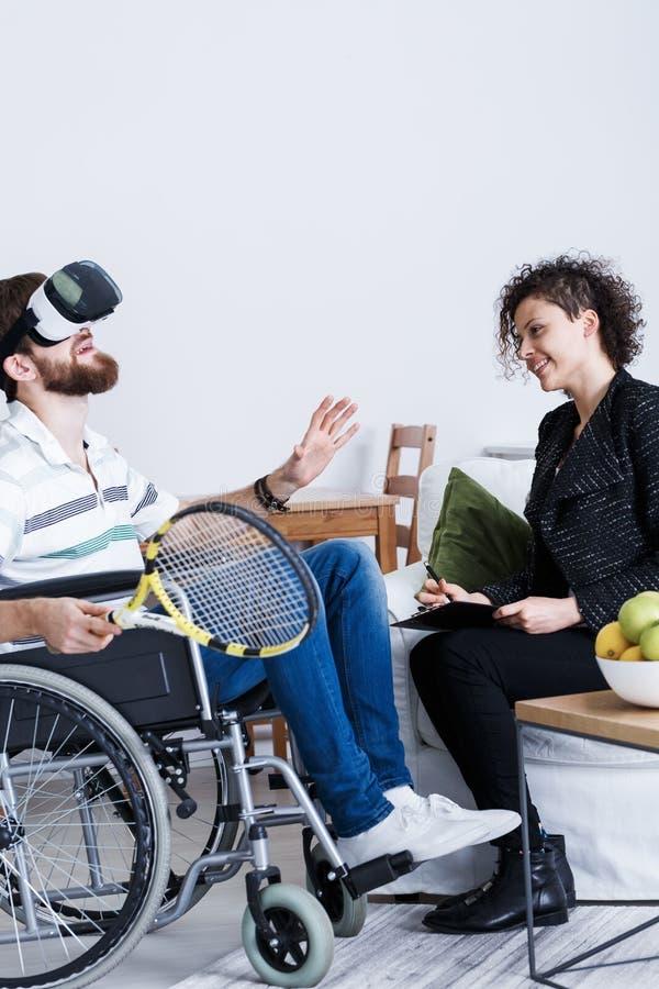 Homem em VR com raquete de tênis imagens de stock