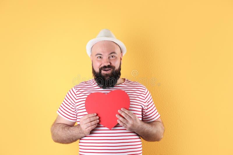 Homem emocional com coração do papel imagens de stock