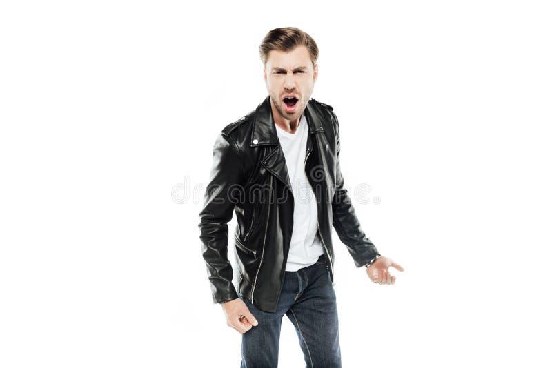 Homem emocional no casaco de cabedal que grita na câmera foto de stock