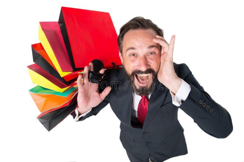 Homem emocional que grita ao estar com suas compras foto de stock