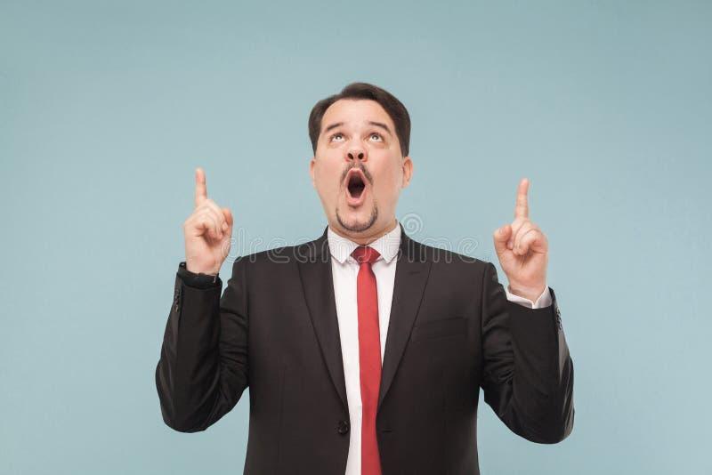 Homem emocional que mostra o dedo acima imagens de stock
