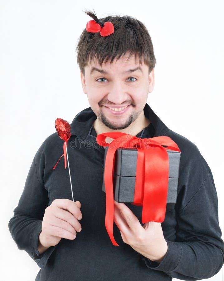Homem engraçado com caixa e coração nas mãos imagens de stock royalty free