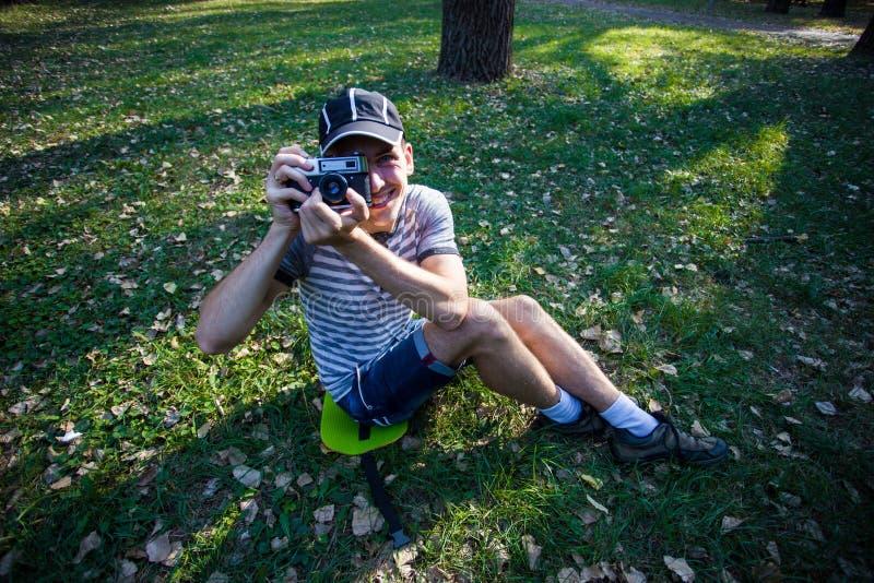 Homem engraçado com uma câmera do vintage imagens de stock