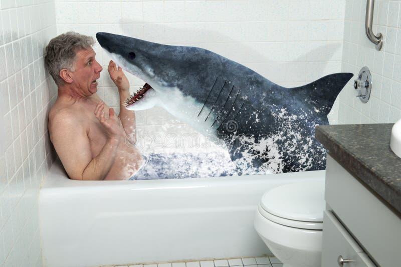 Homem engraçado, cuba, banheira, tubarão, banhando-se