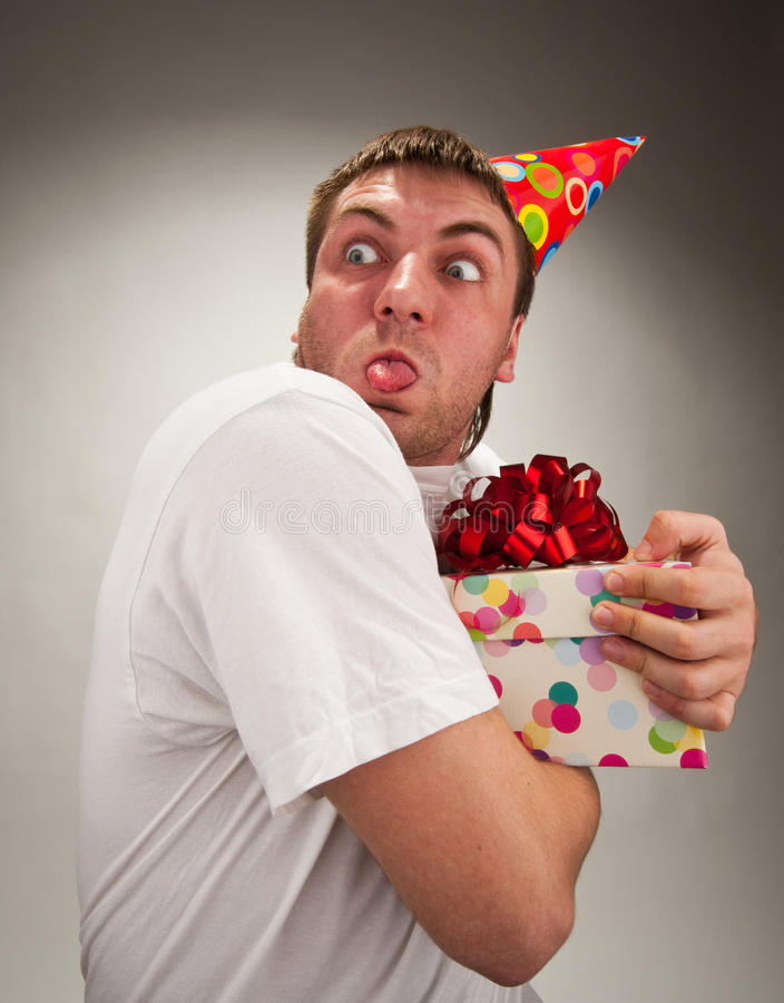 Homem engraçado do aniversário que faz a face fotografia de stock