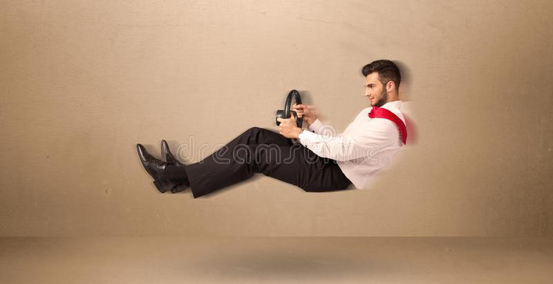 Homem engraçado feliz que conduz um conceito do carro do voo fotos de stock