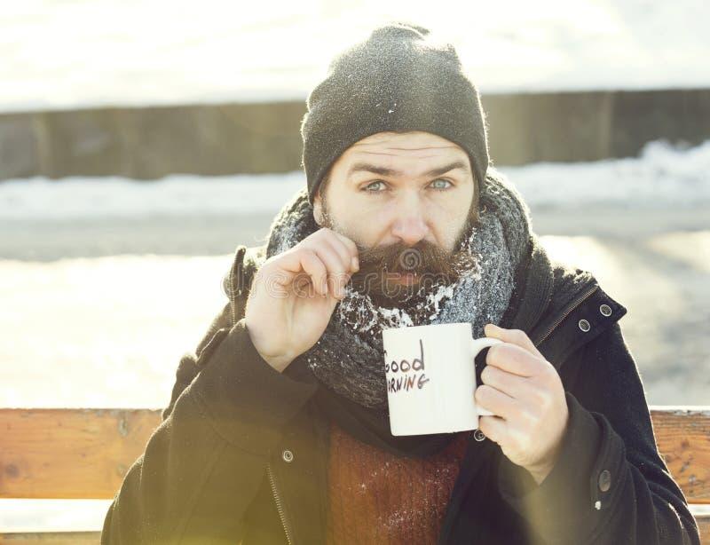 Homem engraçado, moderno farpado com barba e bigode coberto com as bebidas brancas da geada do copo com texto do bom dia foto de stock