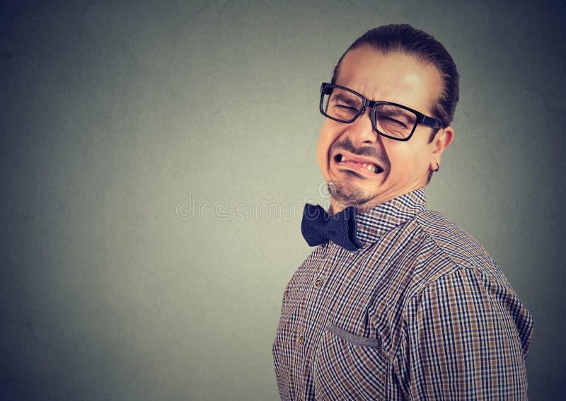Homem engraçado novo que olha enojado imagens de stock