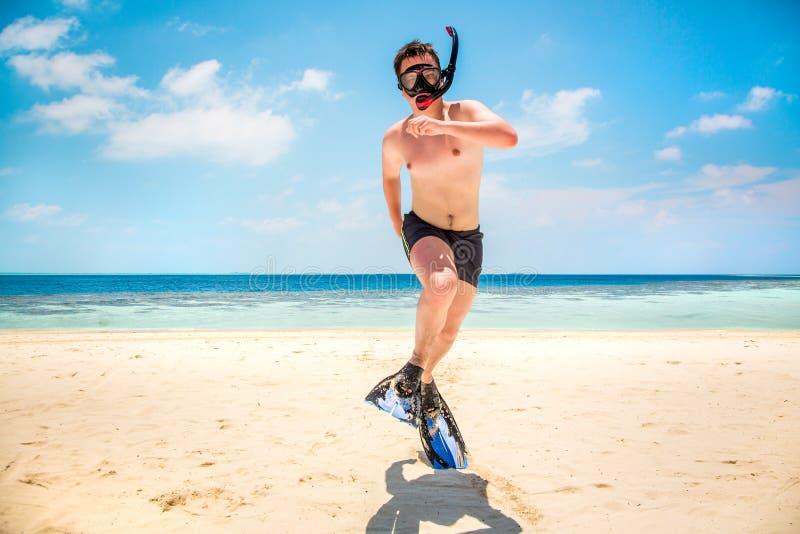 Homem engraçado que salta nas aletas e na máscara. fotografia de stock royalty free