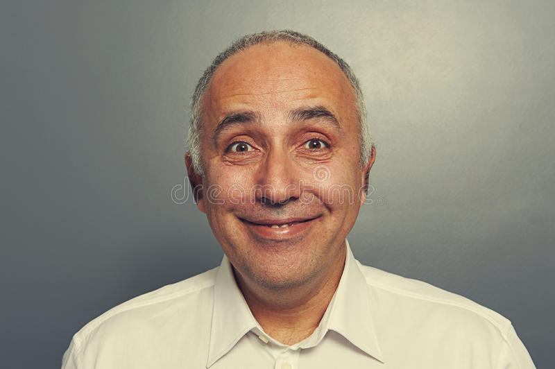 Homem entusiasmado engraçado sobre a obscuridade fotos de stock