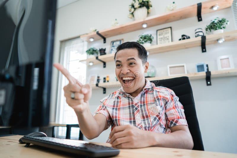 Homem entusiasmado feliz sobre o vencimento imagens de stock royalty free