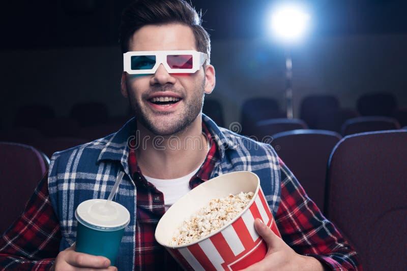 homem entusiasmado nos vidros 3d com pipoca e filme de observação da soda fotos de stock royalty free