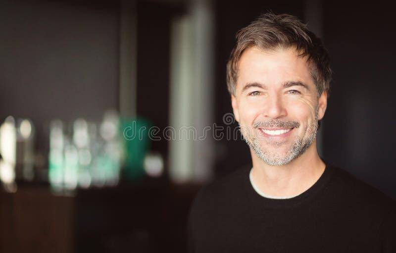 Homem envelhecido médio de sorriso foto de stock royalty free