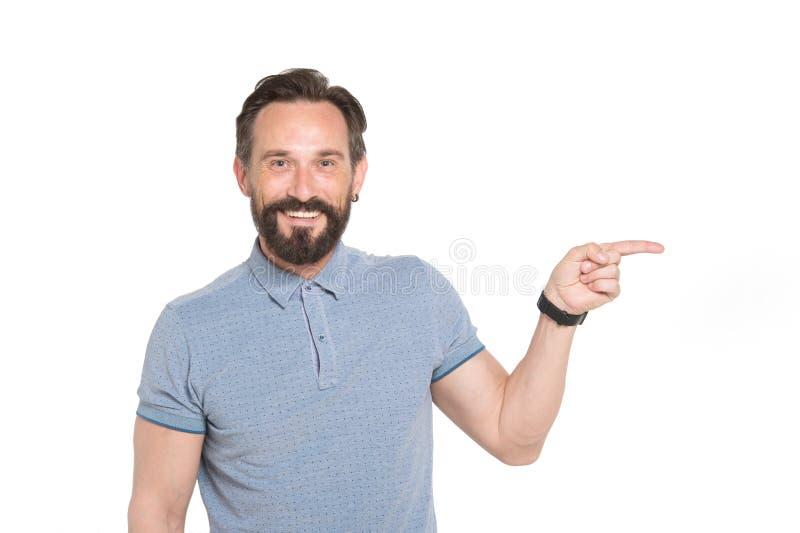 Homem envelhecido médio deleitado na roupa ocasional que aponta lateralmente imagem de stock
