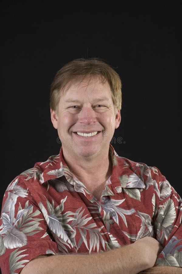 Homem envelhecido médio Unshaven no homem floral da camisa imagens de stock royalty free