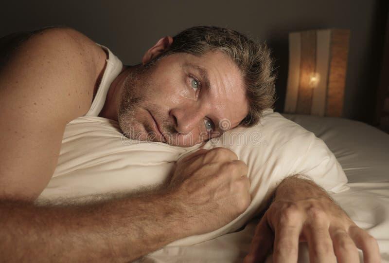 Homem envelhecido m?dio desesperado e deprimido incapaz de dormir crise da ansiedade do sofrimento e sentimento da depress?o opri imagem de stock royalty free