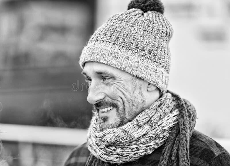 Homem envelhecido no chapéu e no lenço do inverno Retrato do indivíduo de sorriso na rua Indivíduo no lenço e no chapéu feitos ma foto de stock royalty free