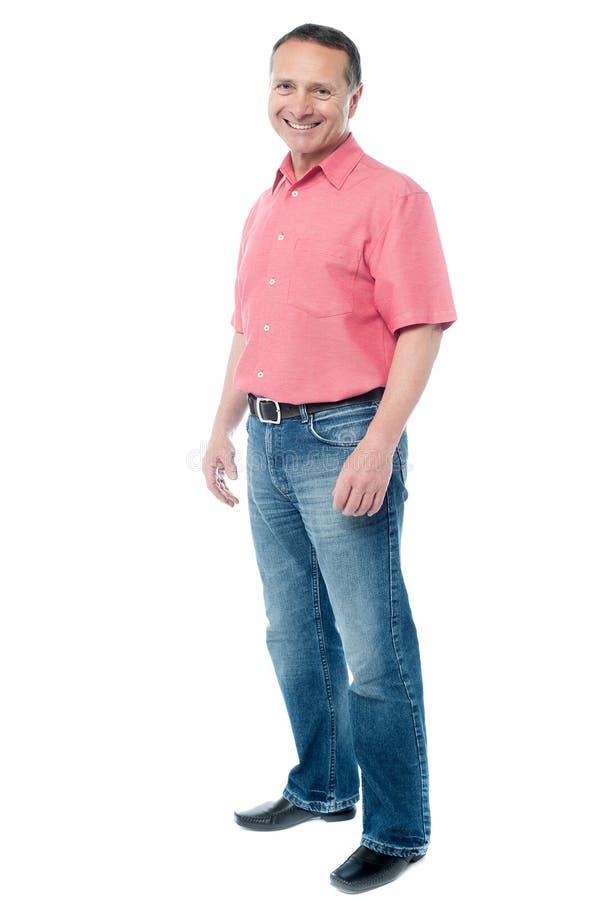 Homem envelhecido ocasional que está sobre o branco imagem de stock