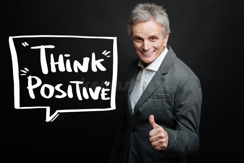 Homem envelhecido que sorri e que incentiva ao pensamento positivo fotografia de stock royalty free