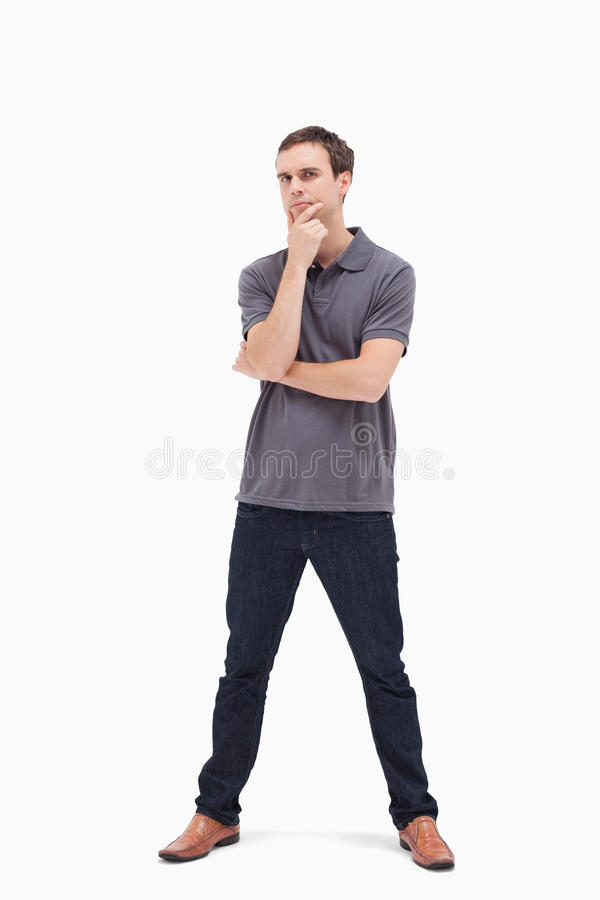 Homem ereto pensativo com seus pés distante foto de stock