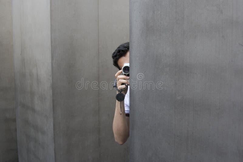 Homem escondido da câmera