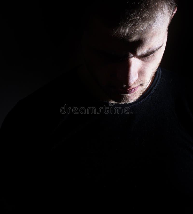 Homem escuro, indivíduo, perfil, homem, depressão, preto e branco foto de stock