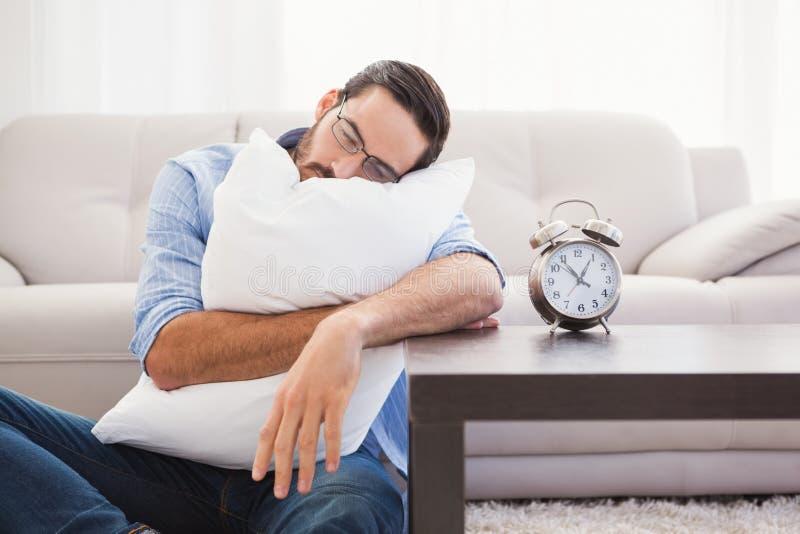 Homem esgotado que dorme com a cabeça que descansa no descanso foto de stock royalty free