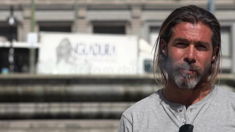 Homem espanhol considerável de fumo foto de stock royalty free