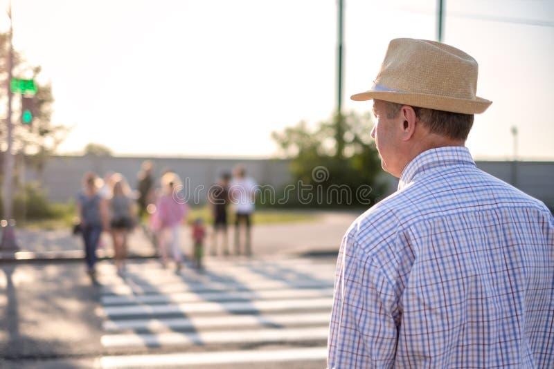 Homem espanhol maduro que espera para cruzar a rua imagem de stock royalty free