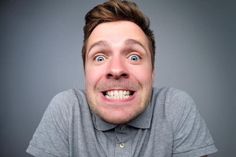 Homem europeu feliz que aperta os dentes na câmera fotografia de stock royalty free