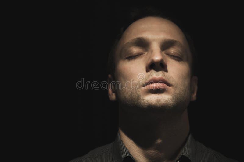 Homem europeu novo com olhos fechados fotos de stock royalty free