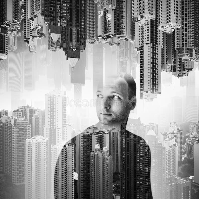 Homem europeu novo sobre a arquitetura da cidade foto de stock