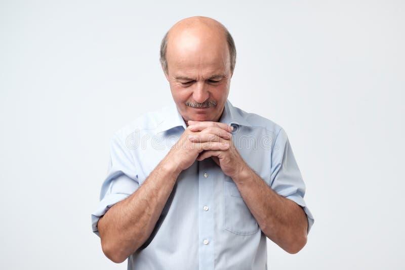 Homem europeu que está sendo cansado r fotografia de stock royalty free